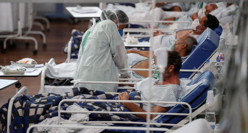 Una trabajadora de la salud atiende a pacientes con COVID-19, en el Hospital Municipal de Campaña Pedro Dell Antonia, el 15 de abril de 2021 en la ciudad de Santo André, en el estado de Sao Paulo (Brasil). (EFE/ Sebastiao Moreira).
