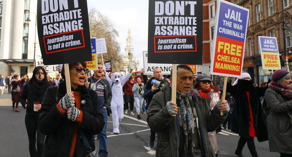 Centenares de personas desfilaron en el centro de Londres para reclamar que no se extradite a Estados Unidos al fundador de Wikileaks, Julian Assange, cuyo caso será examinado por un juez a partir del lunes. (EFE).