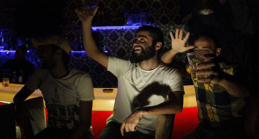 """""""Vengo aquí para cambiar de aire. Aquí hay alegría. Y yo quiero vivir, y ya no oír tantas malas noticias"""", dice Mohamed, un vendedor de carros de 25 años. (AFP)"""