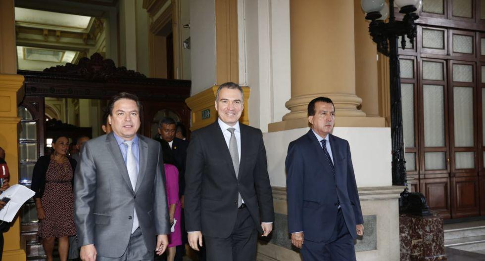 Del Solar estuvo acompañado de algunos legisladores, entre ellos el vocero de Acción Popular, Edmundo del Águila. (Foto: Anthony Niño De Guzmán / GEC)