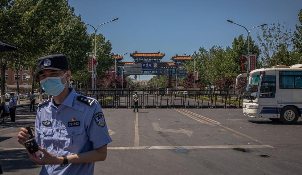 El mercado de Xinfadi en Beijing ha sido clausurado pues 36 de los 57 nuevos casos son de este centro de abastos. (EFE).