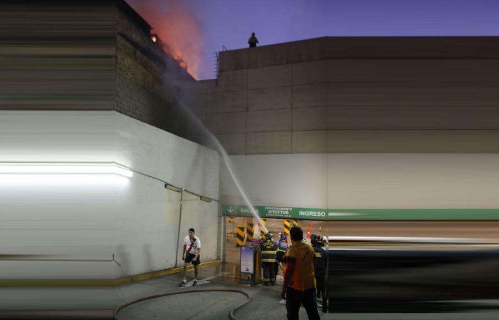 Incendio en la avenida La Colmena alcanzan a almacén de Tottus. (Fotos: Martín Herrera)