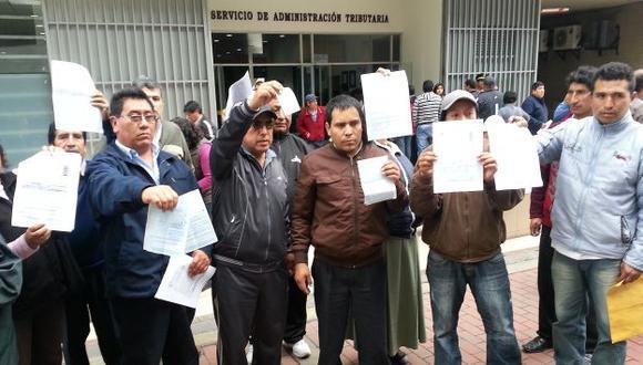 INDIGNADOS. Grupo de conductores protestó en el SAT por la arbitraria imposición de fotopapeletas. (Ángel Arroyo)