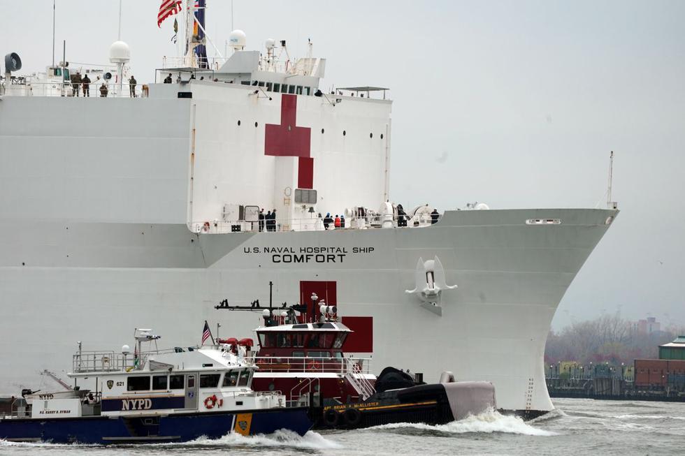 El buque médico USNS Comfort sube por el río Hudson cuando llega el 30 de marzo de 2020 a Nueva York. (Foto: AFP/Bryan R. Smith)