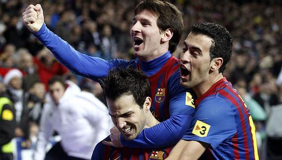 Fábregas festeja con Messi y Busquets. (Reuters)