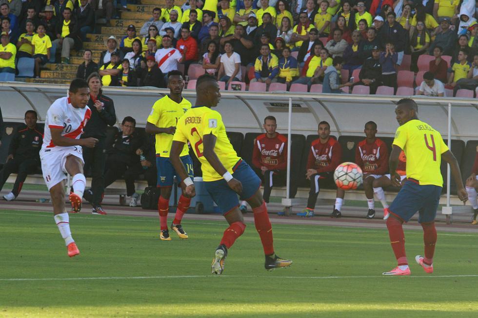 El 5 de septiembre del 2017 con goles de Edison Flores y Paolo Hurtado nuestra selección se impuso por 2 a 1 sobre la selección ecuatoriana, lo que significó nuestro primer triunfo en Quito. En esta imagen Edison Flores ya sacó el disparo para convertir el primer gol del partido. (Foto: GEC Archivo)