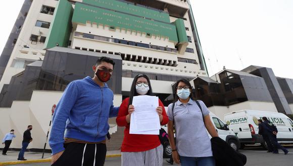 Los jóvenes denunciaron el hecho en la comisaría Villa Pradera en el distrito de Villa El Salvador. Hoy acudieron a la sede de la Dirección de Investigación Criminal  mientras continúan las investigaciones. (Eduardo Cavero/GEC)