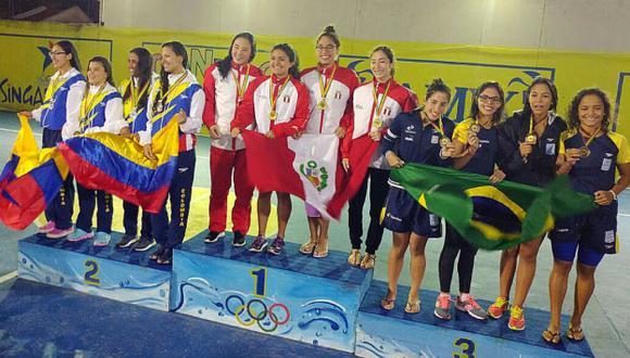 El equipo peruano en el podio. (Andina)