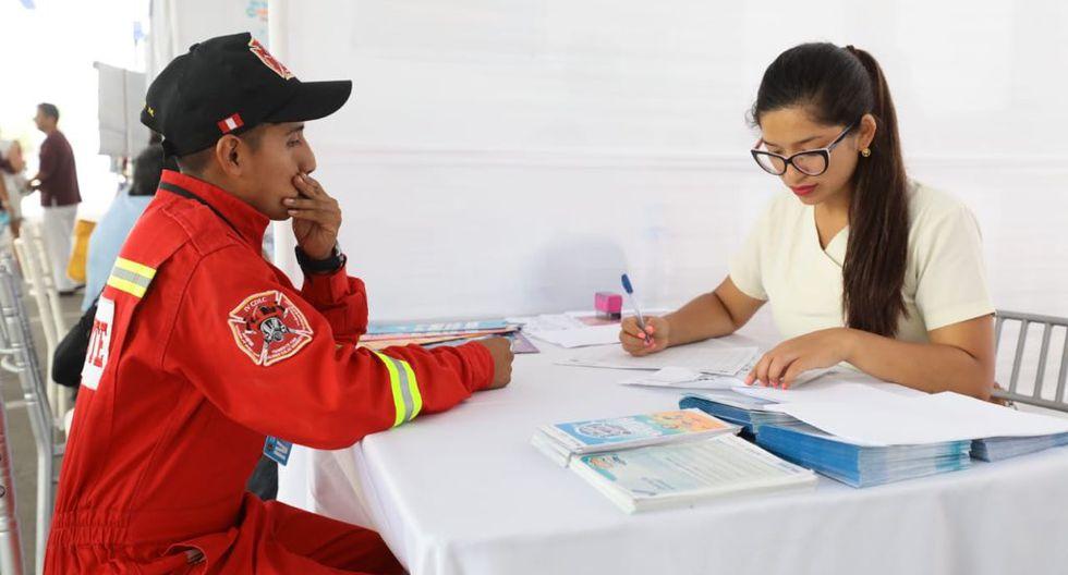 La suscripción del convenio se llevó a cabo durante una feria de la salud donde se brindó atención a los bomberos y sus familiares en las especialidades de medicina. (Foto: EsSalud)