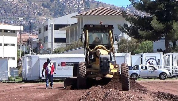 Maquinaria pesada realiza labores de acondicionamiento de terreno para el nosocomio modular en Cusco.