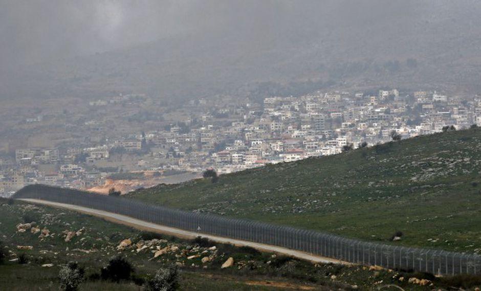 La cerca israelí que separa el sector ocupado por Israel de los Altos del Golán, cerca de la ciudad drusa de Majdal Shams (fondo) de Siria. (Foto: AFP)