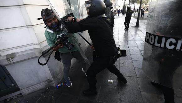 La Policía ha sido acusada de hacer un uso excesivo de la fuerza durante el control de las protestas. (GEC)