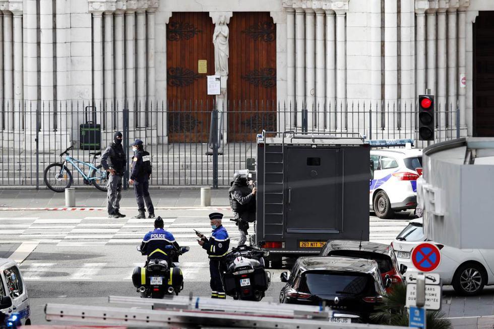 Policías franceses se encuentran en la entrada de la iglesia Basílica de Notre Dame en Niza, Francia. (EFE/EPA/SEBASTIEN NOGIER).