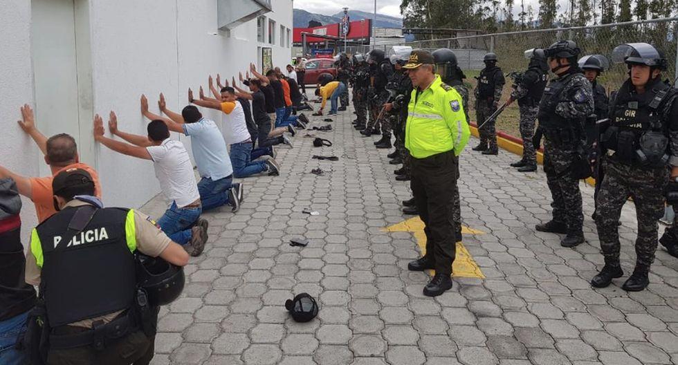 La ministra subió dos imágenes a la red social en la que se ve a varios hombres detenidos de rodillas mirando a una pared con policías detrás. (Foto: Twitter - María Paula Romo)