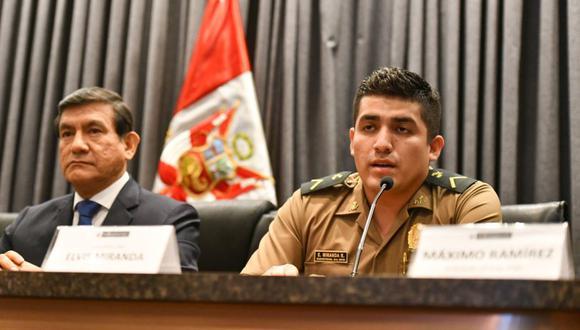 El policía Elvis Miranda participó en una conferencia de prensa junto al ministro del Interior, Carlos Morán. (Mininter)