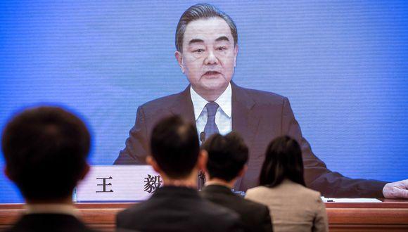 El ministro de Relaciones Exteriores de China, Wang Yi, habla durante su videoconferencia en el Congreso Nacional del Pueblo (APN) en el centro de medios en Beijing. (Foto: AFP/NICOLAS ASFOURI