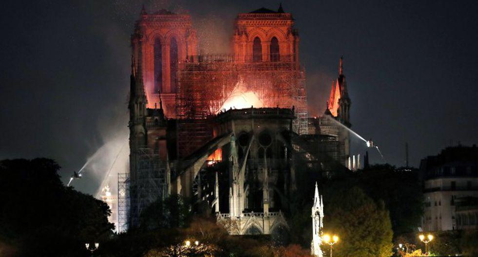Vista general del incendio que consume el techo de la catedral de Notre Dame este lunes, en París. (Foto: EFE)