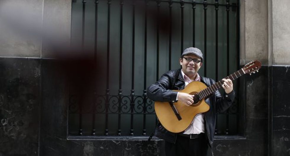 Renzo Gil le rinde tributo al maestro Felipe Pinglo Alva. (Renzo Salazar)