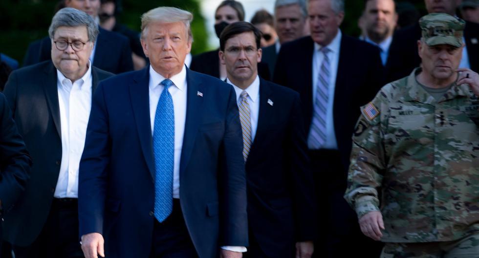 Archivo 1 de junio de 2020. El mandatario de Estados Unidos, Donald Trump, es visto caminando con el fiscal general William Barr (izquierda), el secretario de defensa Mark Esper (centro) y el presidente del Estado Mayor Conjunto Mark Milley (derecha). (AFP / Brendan Smialowski).