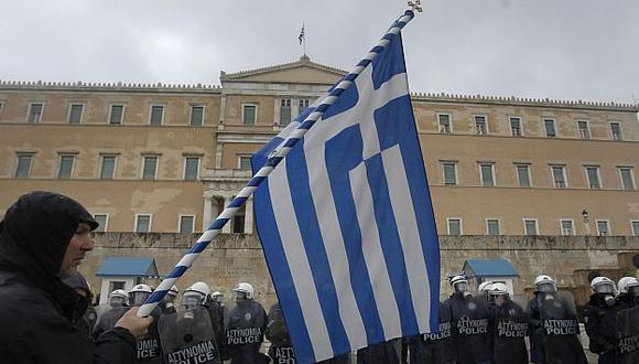 Las protestas fuera del parlamento griego no se hicieron esperar. (AP)
