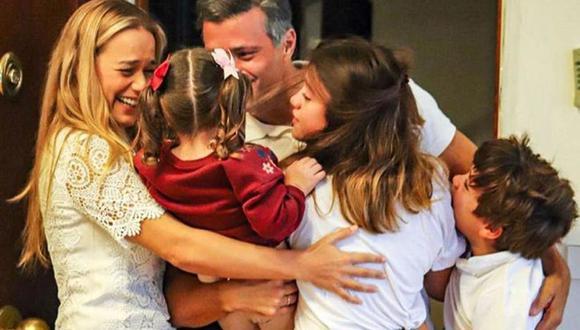 El destacado político opositor venezolano Leopoldo López saludando a su esposa Lilian Tintori y a sus hijos en Madrid. (AFP/Instagram @leopoldolopezoficial).