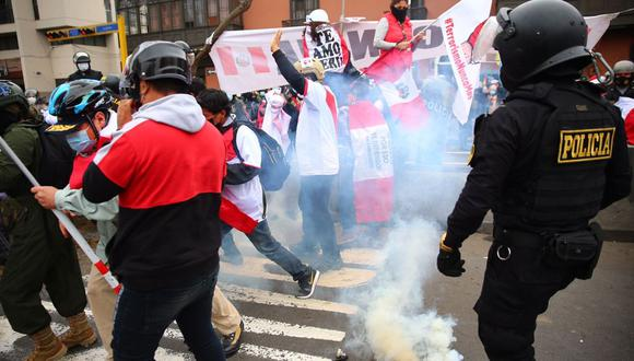 Los agentes policiales lanzaron bombas lacrimógenas en el cruce de la avenida Abancay y el jirón Junín para dispersar a los manifestantes. (Foto: Hugo Curotto / @photo.gec)