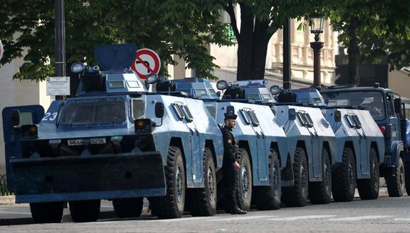 Camiones acorazados de la policía francesa resguardan la ciudad de París. (Foto: AFP)