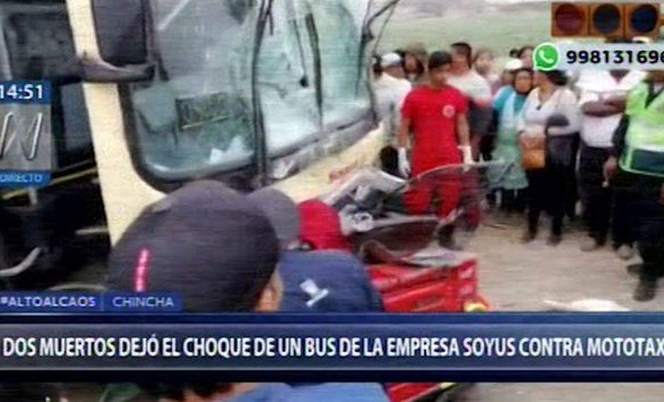 Esta tarde, el choque entre un bus interprovincial de la empresa Soyuz contra una mototaxi dejó dos muertos en Chincha. (Foto: Captura Canal N)