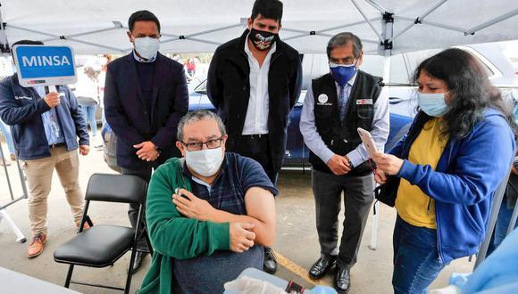 """El ministro de Salud supervisó hoy los """"vacunacar"""" de Chorrillos y Magdalena. (Foto: Minsa)"""