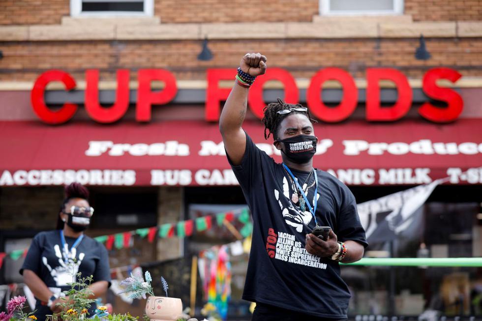 """Una persona muestra un puño en alto en el primer aniversario de la muerte de George Floyd, en """"George Floyd Square"""", en Minneapolis, Minnesota, Estados Unidos, el 25 de mayo de 2021. (REUTERS/Nicholas Pfosi)."""