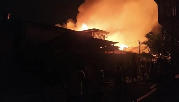 Al menos dos personas murieron y más de 50 casas fueron destruidas por un incendio en Colombia. (Foto: Twitter)