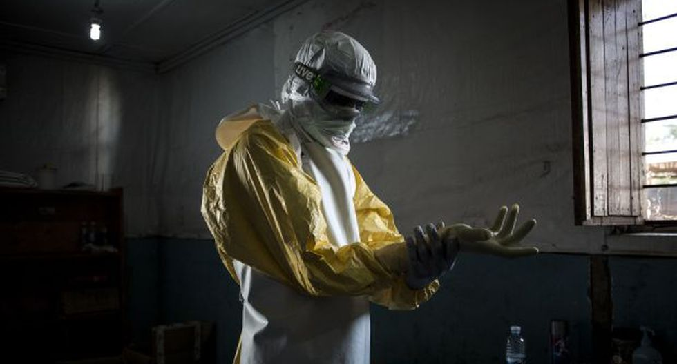 Un trabajador de salud se pone su equipo de protección personal (PPE) antes de ingresar a la zona roja de un Centro de Tratamiento del Ébola. (Foto: AFP)