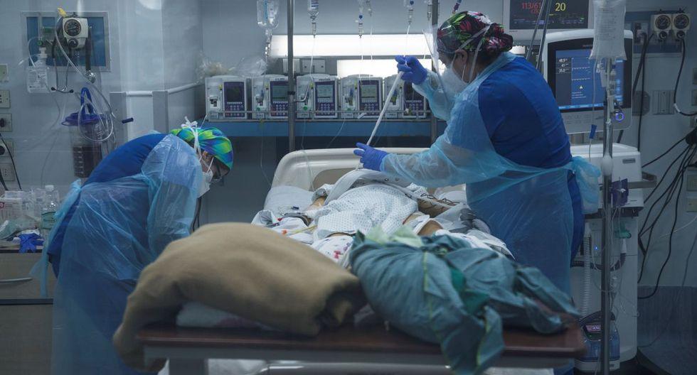 Personal sanitario atiende a un paciente afectado por la COVID-19, el 2 de julio de 2020, en la Unidad de Cuidados Intensivos del Hospital Clínico de la Universidad de Chile, en Santiago. (EFE/ Alberto Valdes).