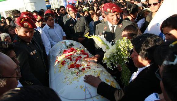 EMOTIVO. Familiares y amigos despidieron a universitario en cementerio Francisco Bolognesi. (Gessler Ojeda)