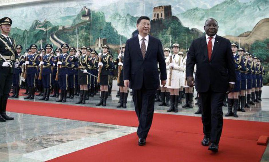 El presidente de Sudáfrica, Cyril Ramaphosa, y el presidente de China, Xi Jinping, sonríen después de revisar la guardia de honor en el Gran Palacio del Pueblo en Beijing, China. (Foto: Reuters)