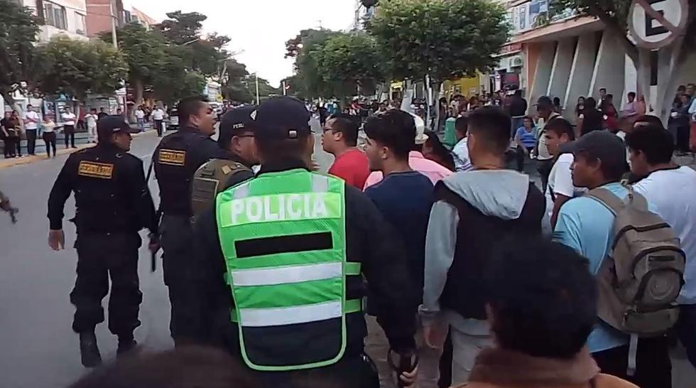 Ambulantes destrozan patrullero en Chiclayo