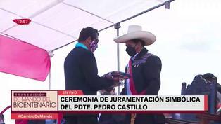 Alcalde de Huamanga entregó regalos al presidente Castillo en juramentación
