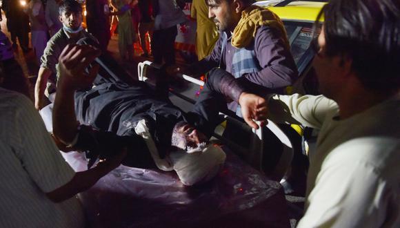 El personal médico y hospitalario lleva a un hombre herido en una camilla para recibir tratamiento después de explosiones en Kabul (Afganistán), el 26 de agosto de 2021. (Wakil KOHSAR / AFP).