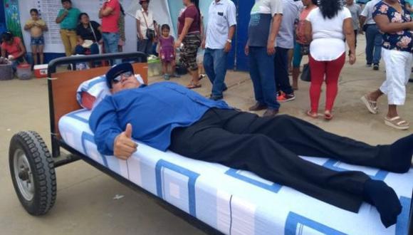 Jean Saavedra sorprendió a muchos al asistir a su local de votación en una cama rodante. (Foto: Facebook)