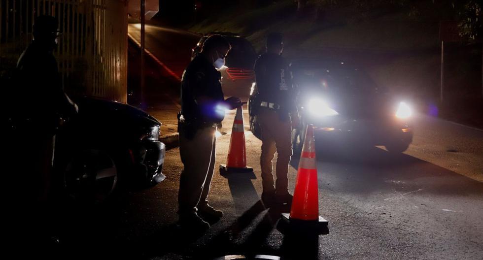 Policías instalan un retén cerca a la incendiada subestación de energía de Monacillos, en San Juan (Puerto Rico).(EFE/Thais llorca).
