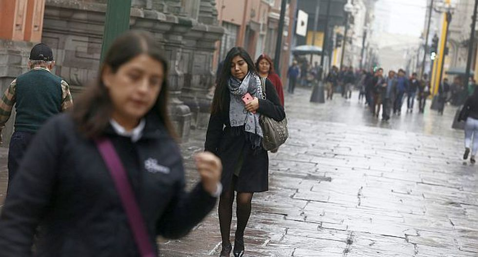 El Minsa aconseja usar abrigo e impermeables antes de salir cuando las temperaturas descienden en la capital. (Foto: GEC)