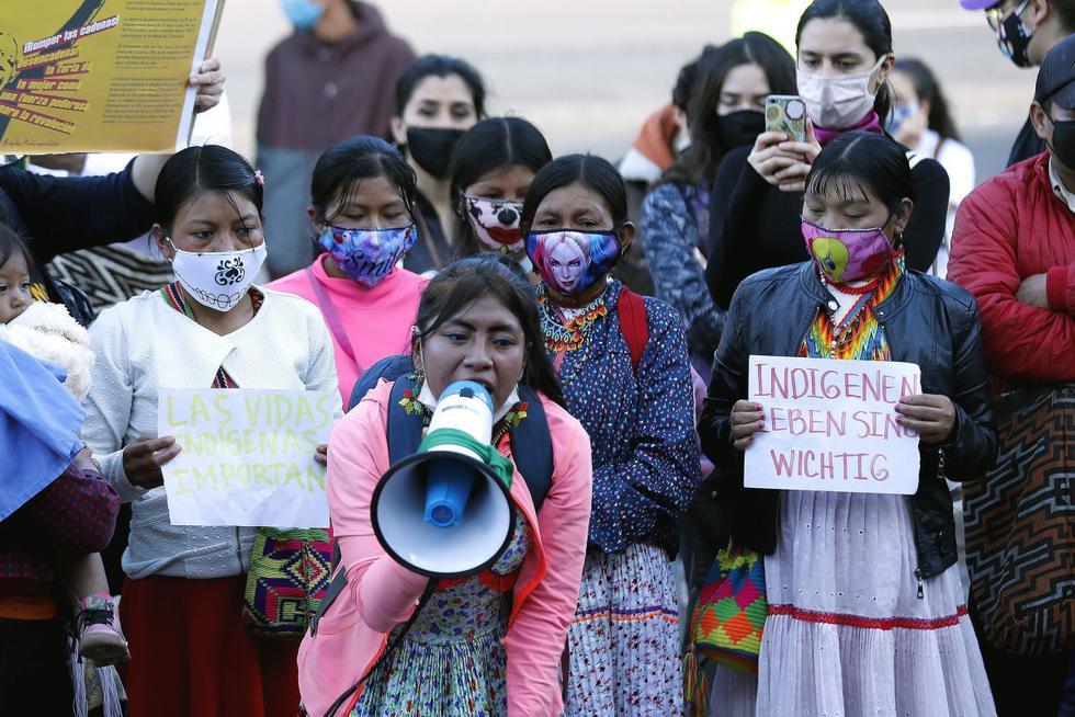 Un grupo de indígenas Embera protestan para rechazar la violación de una niña de 12 años perteneciente a su comunidad este lunes, en el cantón militar, en Bogotá. (EFE/ Mauricio Dueñas Castañeda).
