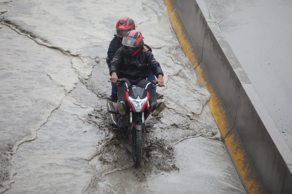 Los conductores han debido sortear la situación al encontrar calles y vías completamente inundadas tras horas de llovizna. (Britanie Arroyo / @photo.gec)
