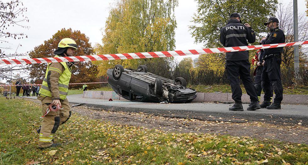 La policía acordonó la zona donde un automóvil terminó volcado. (Foto: AP)