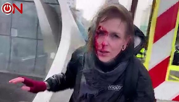 Se desplomó en el suelo y fue fotografiada con sangre corriendo por su rostro. (Captura de video).