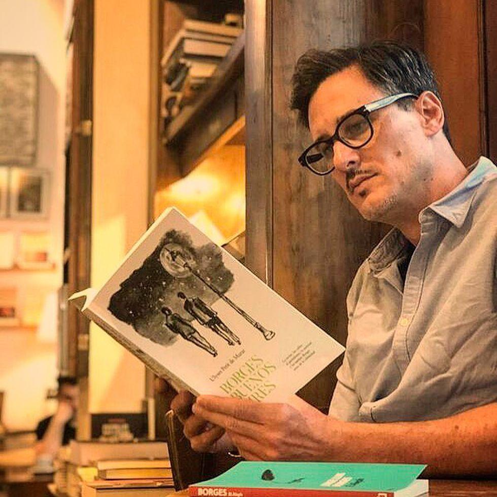 El crítico literario Maximiliano Tomas es también presentador del programa Bibliómanos de la Televisión Pública Argentina.