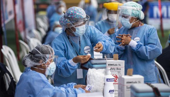 Una enfermera prepara una dosis de la vacuna desarrollada por Sinopharm de China contra el coronavirus durante una campaña de vacunación de trabajadores de la salud, en Ate, un distrito de Lima. (Ernesto BENAVIDES / AFP).