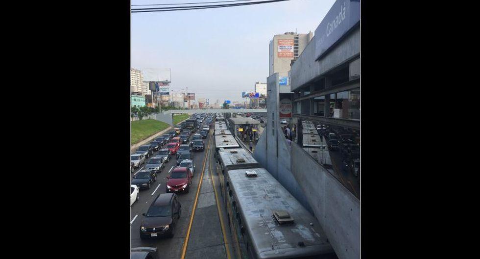 Policía Nacional del Perú (PNP) invadió la vía exclusiva del Metropolitano y chocó contra el puente peatonal de la estación Javier Prado. (Foto: @Jorlix)
