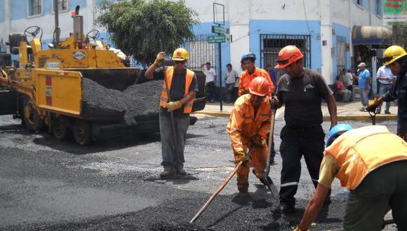 Obreros y maquinaria moderna trabajan intensamente. (Andina)