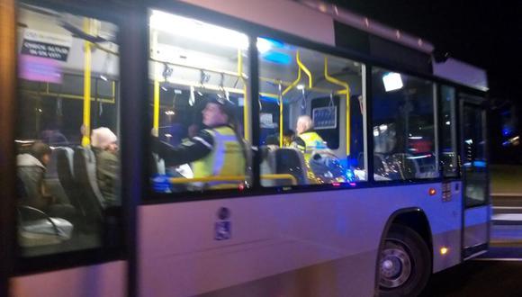 Las 25 personas fueron rescatadas y retiradas del puerto en un bus escoltado por la policía local. (Foto: Captura de video)